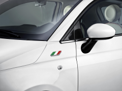 Italian flag badge on front wings for Fiat 500